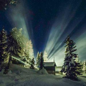 """Pierwsza nagroda w kategorii """"Against the Lights"""" (Pod światło) i w ogólnej klasyfikacji została przyznana Włoszce Giorgii Hofer za zdjęcie """"Light in the Sky """" (Światło na niebie), wykonane 1 stycznia 2014 r. w przełęczy Cibiana w Dolomitach. """"Starałam się uchwycić mgłę wytwarzaną przez wystrzelone w noc noworoczną sztuczne ognie, oświetlone przez pobliską latarnię uliczną. W jedynej ciemnej części zdjęcia promienie idealnie obramowują  Wielki Wóz, który jest częścią gwiazdozbioru Wielkiej Niedźwiedzicy"""", wyjaśnia fotografka. Autor: Giorgia Hofer Zdjęcie: Light in the Sky"""