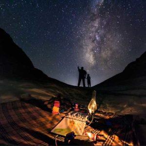 """Czwarte miejsce w kategorii """"Beauty of the Night Sky"""" zajęło zdjęcie """"Little Explorer"""" (Mały odkrywca) Egipcjanina Ibrahima Elawadi, zrobione w listopadzie 2013 roku na pustyni w pobliżu Fajum, ok. 100 kilometrów na południe od Kairu. """"Fotografia obrazuje ideę konstruowania przyszłości poprzez stymulowanie młodych umysłów do odkrywania wszechświata"""", wyjaśnia fotograf. Tematyka przypomina logo i ducha Międzynarodowego Roku Astronomii 2009.  Autor: Ibrahim Elawadi Zdjęcie: Little Explorer"""