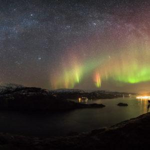"""Jedno z wyróżnionych zdjęć konkursu """"International Earth & Sky Photo Contest 2014"""" i jedno z moich ulubionych - droga mleczna i zorza polarna górujące nad miasteczkiem Hemnesberget w Norwegii; po lewej stronie widać zanieczyszczenie świetlne pochodzące z odległego o ok. 45 km miasta Mosjøen.  Autor: Tommy Eliassen Zdjęcie: Lights over Hemnesberget"""