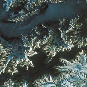 Ten region odnotował wyjątkowe ocieplenie atmosferyczne i stanowi niezwykle ważny obszar badań nad światowym klimatem. Ocieplenie spowodowało cofanie i kruszenie się licznych lodowców, co spowodowało powstanie ogromnych gór lodowych. Dzięki uprzejmości: ESA
