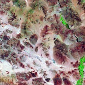 Na pustyni Mojave liczne łańcuchy górskie tworzą doliny, słone stawy, jeziora sezonowe i endoreiczne. Tereny rolnicze - kolor zielony na zdjęciu - ucierpiały w ostatnich latach z powodu znacznej suszy w całym regionie. Dzięki uprzejmości: USGS (United States Geological Survey)/ESA