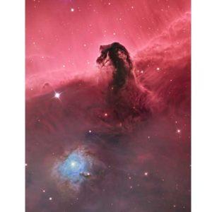 Mgławica Koński Łeb jest jednym z najczęściej fotografowanych obiektów na nocnym niebie. To zdjęcie przedstawia ją jednak w nowym świetle. Fotografowi udało się uwypuklić wykręcony i udręczony krajobraz gazów i pyłów u jej podstawy, nie skupiając się wyłącznie na sylwetce mgławicy oraz ukazując również w lewym dolnym rogu wgłębienie, które rozświetla się dzięki blaskowi znajdującej się tam gwiazdy. Autor: Bill Snyder (USA) Zdjęcie: Mgławica Koński Łeb (IC 434)