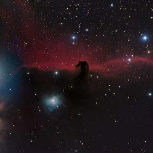 Zdjęcie 15-letnich fotografów wyraźnie ukazuje słynny czerwony blask wyłaniający się jakby zza Końskiego Łba, generowany przez gaz wodorowy zjonizowany przez pobliskie gwiazdy. Fotografia przykuwa w szczególności uwagę na niezwykle gęstą chmurę pyłu wewnątrz mgławicy, odznaczającej się na tle czerwonego blasku i jakby blokując światło. Autor: Shishir & Shashank Dholakia (USA) Zdjęcie: Mgławica Koński Łeb (IC 434)