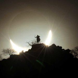 Słońce i Księżyc zlewają się na horyzoncie kenijskiej sawanny podczas zaćmienia, kiedy to Księżyc odcina się na tle jasnej tarczy Słońca. To rzadkie hybrydowe zaćmienie Słońca miało miejsce w listopadzie 2013 roku i rozpoczęło się o wschodzie Słońca nad zachodnim Atlantykiem jako zaćmienie obrączkowe, zachodzące wówczas, gdy Księżyc nie zakrywa całkowicie Słońca, ale pozostawia odkryty pierścień światła. Przemierzając ocean, cień Księżyca spowodował całkowite zaćmienie. Kiedy zaćmienie osiągnęło Kenię, Słońce znów zaczęło się wyłaniać, tworząc o zachodzie ten zapierający dech w piersiach półksiężyc. Autor: Eugen Kamenew (Niemcy) Zdjęcie: Hybrydowe zaćmienie Słońca 2