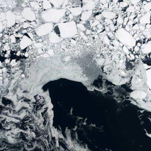 Każdego roku tworzą się, a następnie topią w Oceanie Arktycznym ogromne ilości lodu, które unoszą się na powierzchni wody. Ten lód morski ma istotny wpływ na klimat polarny i na cyrkulację oceaniczną na świecie. Dzięki uprzejmości: USGS/ESA