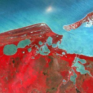 To skupisko lagun i ujść rzecznych zasilają słodkowodne rzeki, a dwa przesmyki łączą je z południową częścią Zatoki Meksykańskiej. Około połowa wody laguny wymienia się co dziewięć dni, zwłaszcza dzięki pływom. Dzięki uprzejmości: USGS/ESA
