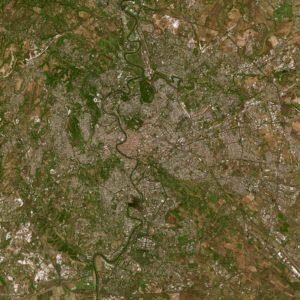 Rzeka Tyber płynie łukami przez centrum stolicy Włoch. Rzym jest czwartym najbardziej zaludnionym miastem Unii Europejskiej i trzecim najczęściej odwiedzanym - przyjmuje średnio 7-10 milionów turystów rocznie. Dzięki uprzejmości: Spot Image